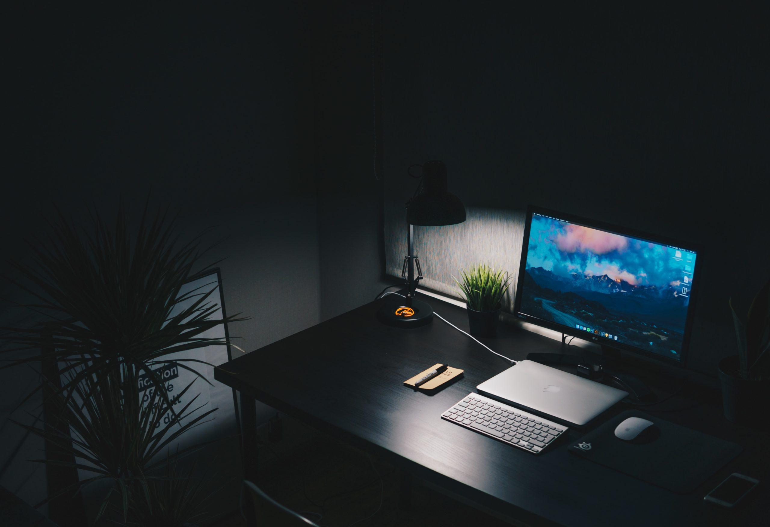 bureau avec un ordinateur
