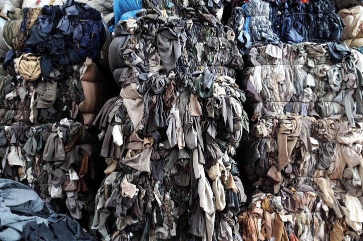 tas de déchets textiles