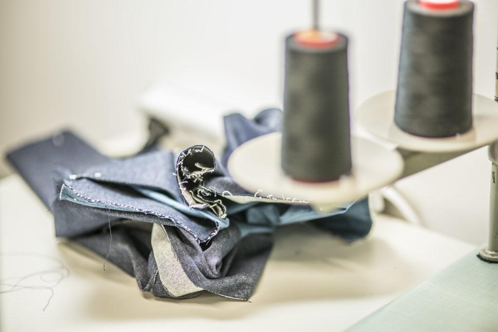 tissu jean sur une surjeteuse