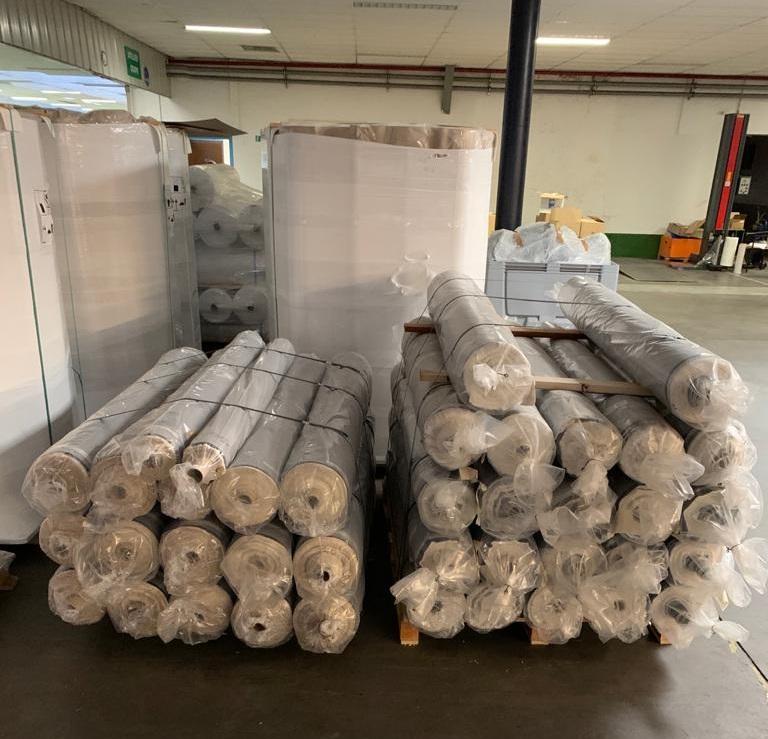 rouleaux de tissu jean dans l'usine Contino